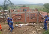 Prefeitura retira construções irregulares de área verde em Realengo