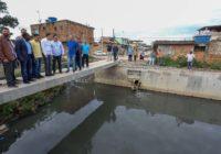 Prefeito inspeciona obras de canalização do Rio Capoeira, em Guaratiba