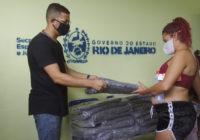 Jovens realizam Campanha do Agasalho para moradores de Santa Cruz