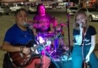 Trio brincou no palco da Pizzaria e Churrascaria Chumbinho